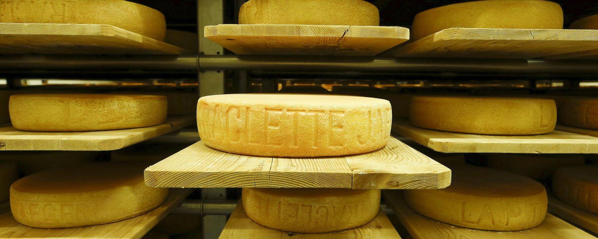 Sýr Raclette, výrobek společnosti Seiler Käserei AG, zraje na  policích v bývalém skladu střeliva Giswil. - Sputnik Česká republika, 1920, 04.07.2021