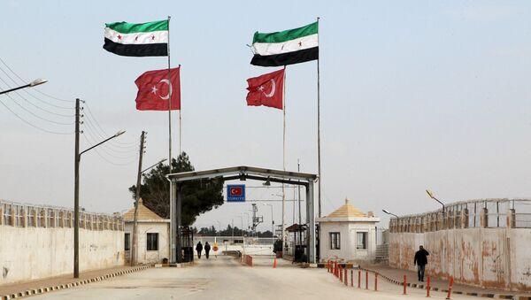 Vlajky Svobodné syrské armády a Turecka na turecko-syrské hranici u Aleppa. 18. ledna 2016 - Sputnik Česká republika