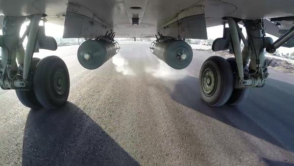 Bojový start bombardéru Su-24M z letiště Hmeimim - Sputnik Česká republika