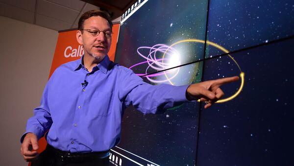 Profesor Michael Brown ukazuje oběžnou dráhu deváté planety - Sputnik Česká republika