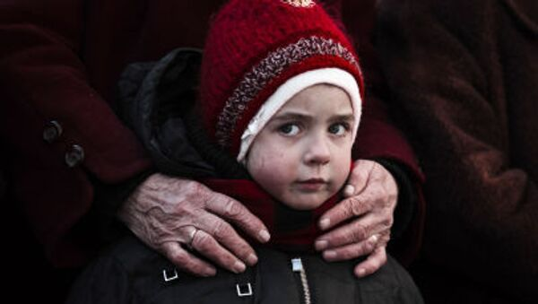 Holčička ve frontě na humanitární pomoc v Debalceve - Sputnik Česká republika