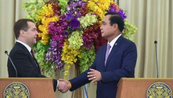 Ruský premiér Dmitrij Medveděv a thajský premiér Prajut Džan Očá - Sputnik Česká republika