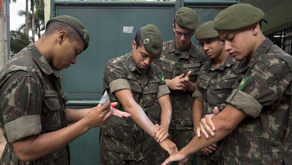 Brazilský ministr zdravotnictví Marcelo Castro sdělil, že vedení země nasadí armádu do boje s virem Zika. Vojáci budou roznášet informační materiály a vyprávět lidem o tom, jak je tato nemoc nebezpečná - Sputnik Česká republika