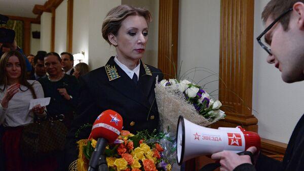 Novináři darovali Marii Zacharovové megafon - Sputnik Česká republika