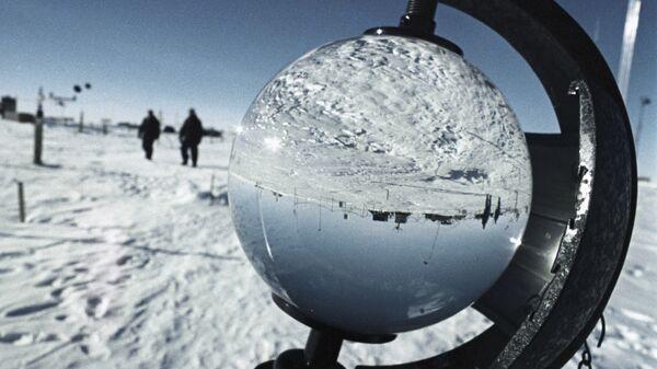 Antarktida se vyznačuje zvláště tvrdým podnebím. Ve Východní Antarktidě na sovětské antarktické stanici Vostok byla 21.července 1983 zaznamenána nejnižší teplota vzduchu na Zemi za celou historii meteorologických měření: 89,2 stupně pod nulou. Oblast je považována za pól chladu Země - Sputnik Česká republika