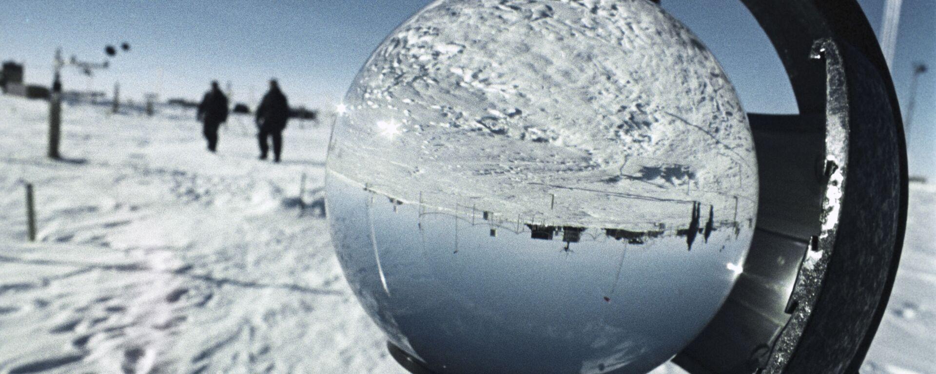 Antarktida se vyznačuje zvláště tvrdým podnebím. Ve Východní Antarktidě na sovětské antarktické stanici Vostok byla 21.července 1983 zaznamenána nejnižší teplota vzduchu na Zemi za celou historii meteorologických měření: 89,2 stupně pod nulou. Oblast je považována za pól chladu Země - Sputnik Česká republika, 1920, 27.09.2021