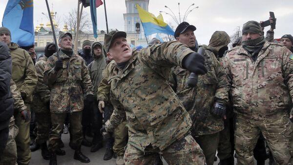 Příslušník praporu OUN (Organizace ukrajinských nacionalistů) hází kamen, 20. února 2016 - Sputnik Česká republika