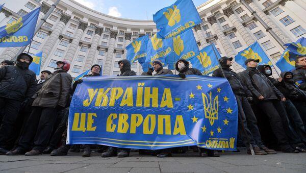 Protestní akce v Kyjevě, lidé drží transparent s nápisem Ukrajina je Evropa - Sputnik Česká republika