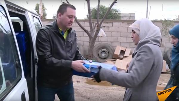 Ruští vojáci rozdávají Syřanům humanitární pomoc - Sputnik Česká republika