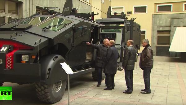 Šéf Federální bezpečnostní služby předvedl Putinovi nejnovější obrněná vozidla - Sputnik Česká republika
