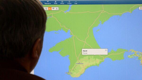 Muž se dívá na mapu Krymu - Sputnik Česká republika