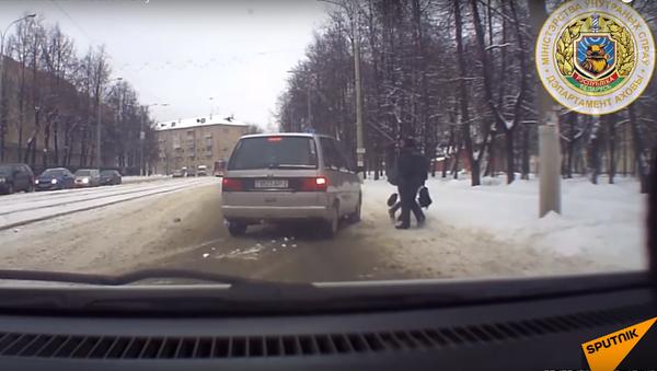 V Bělorusku milicionář zakryl dítě svým tělem před autem - Sputnik Česká republika