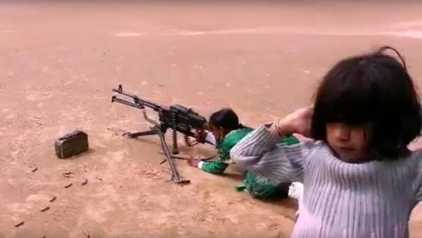 Jemenská děvčátka se učí střílet z kulometu a minometu - Sputnik Česká republika