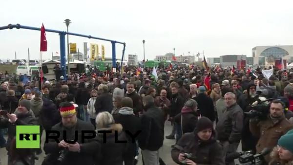 Tisíce lidí vyšly na mítink v Berlíně proti politice Merkelové - Sputnik Česká republika
