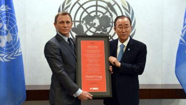 Britský herec Daniel Craig a generální tajemník OSN Pan Ki-mun - Sputnik Česká republika