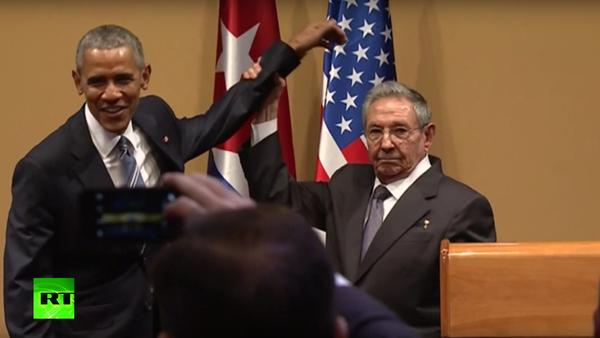 Raúl Castro nedovolil Baracku Obamovi, aby ho poplácal po rameni - Sputnik Česká republika