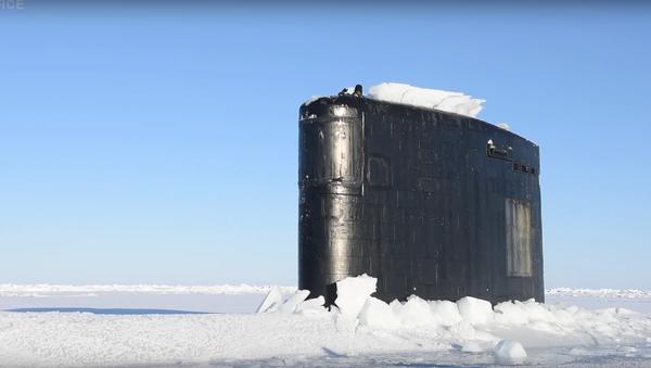 Americká atomová ponorka se vynořuje zpod silné vrstvy arktického ledu - Sputnik Česká republika
