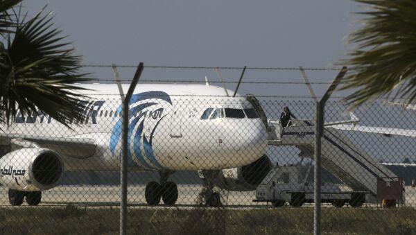 Unesené letadlo Egyptair A320 Airbus na letišti Larnaca, 29. března 2016 - Sputnik Česká republika