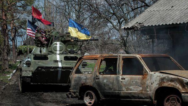Ukrajinští vojáci jedou tankem s vlajkami Ukrajiny, USA a Pravého sektoru - Sputnik Česká republika