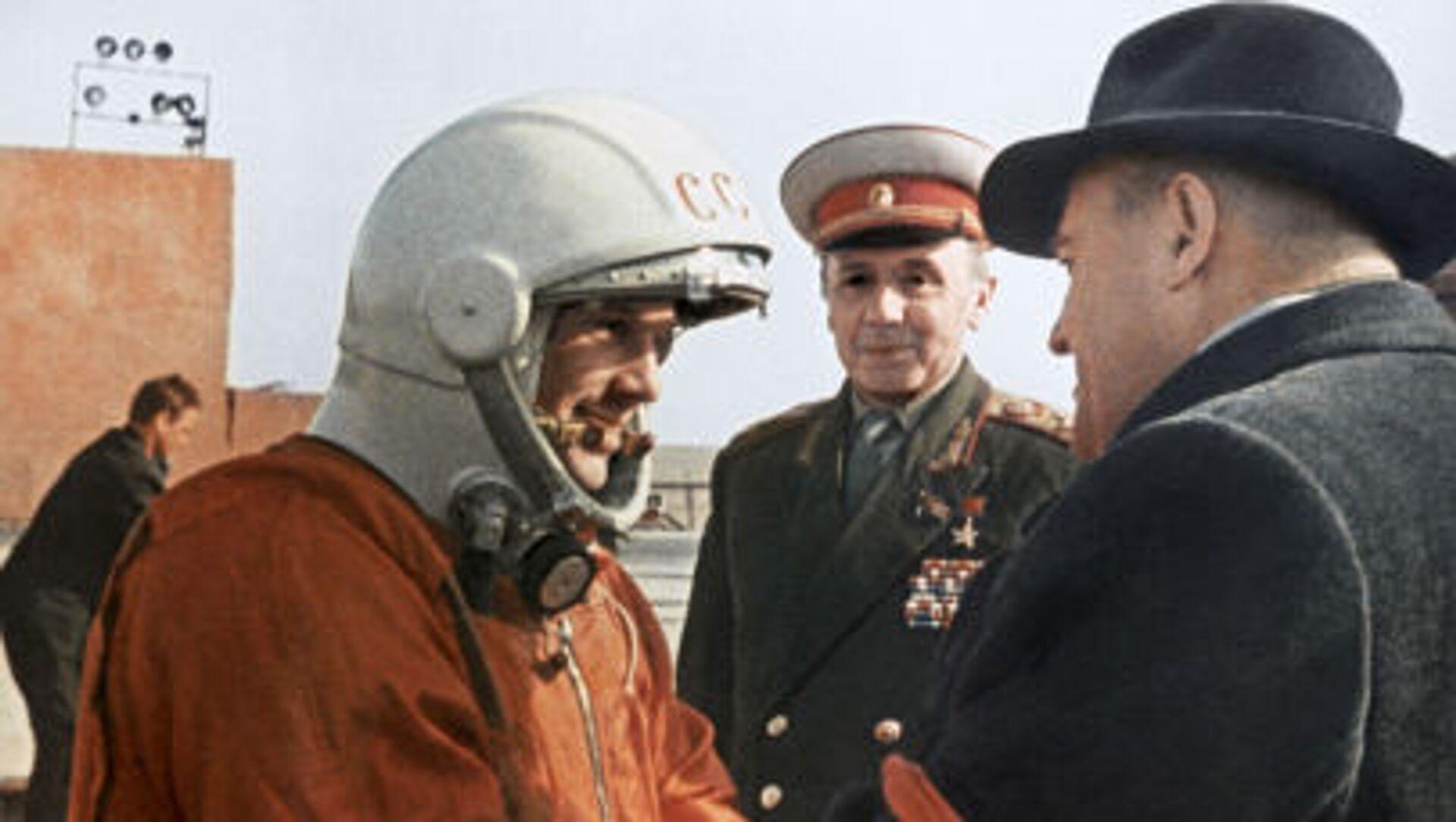 Poté, co dostal ponaučení od hlavního konstruktéra Sergeje Koroljova, Gagarin ve výtahu vystoupal ke kosmické lodi, která se nacházela na samém vrcholu téměř 39 metrového raketového nosiče Vostok - Sputnik Česká republika, 1920, 12.04.2021