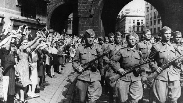 Obyvatelé Prahy vítají vojáky československého armádního sboru - Sputnik Česká republika