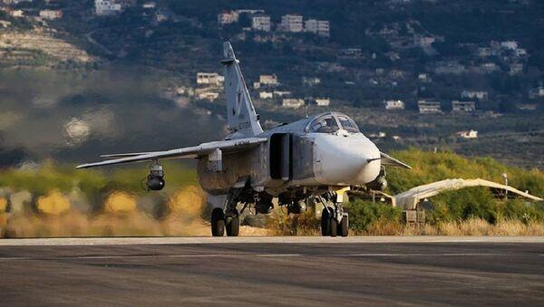 Ruský Su-24 startuje ze základny Hmeimim v Sýrii - Sputnik Česká republika