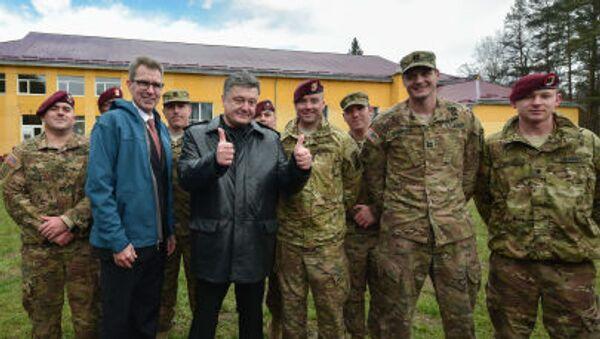Petro Porošenko a američtí vojenští instruktoři - Sputnik Česká republika