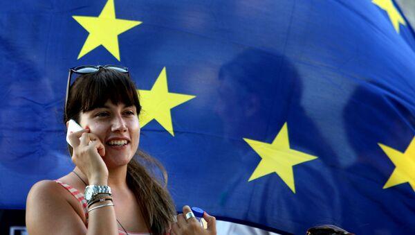 Řekyně na pozadí vlajky EU - Sputnik Česká republika