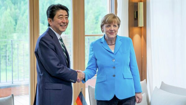Šinzó Abe a Angela Merkelová - Sputnik Česká republika