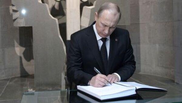 Ruský prezident Vladimir Putin navštěvuje Cicernakaberd, památník věnovaný obětem arménské genocid - Sputnik Česká republika