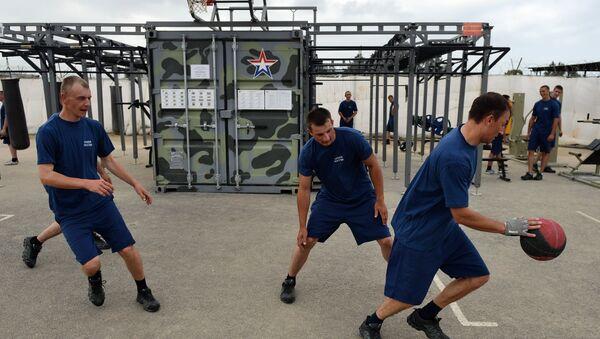 Letecká základna Hmeimim v Sýrii - vojáci hrají basketbal. - Sputnik Česká republika