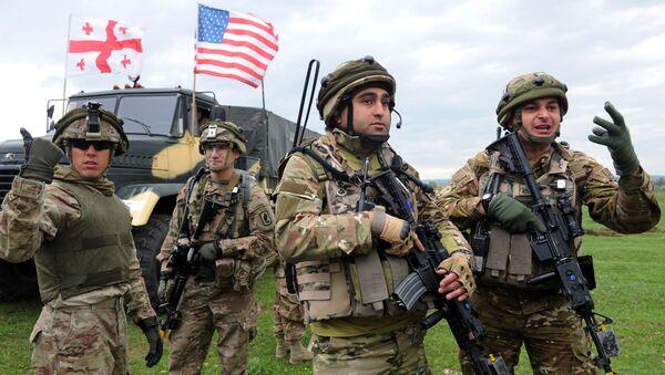 Gruzínští a američtí vojáci během cvičení NATO v Gruzii - Sputnik Česká republika