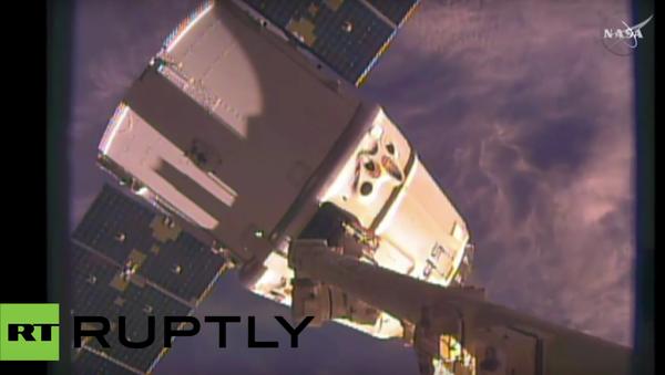Odesílání z ISS na Zem kosmického náklaďáku Dragon. VIDEO - Sputnik Česká republika
