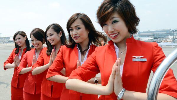 Tajemství přitažlivosti Air Asia spočívá v červené uniformě stevardek, soudí autoři ratingů nízkonákladových leteckých společností světa - Sputnik Česká republika