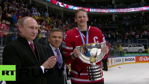 Putin blahopřál kanadské reprezentaci k vítězství na MS a kapitánovi předal pohár - Sputnik Česká republika