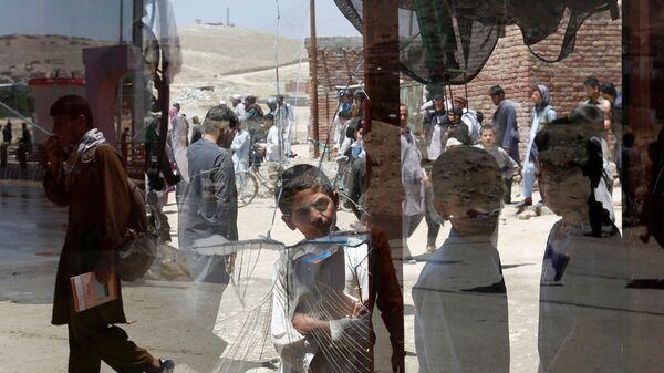 Afghánští chlapci u rozbitého okna v Kábulu, Afghánistán - Sputnik Česká republika