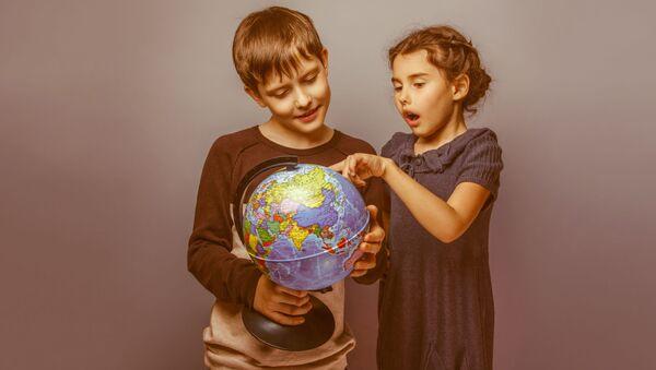 Děti se dívají na globus - Sputnik Česká republika