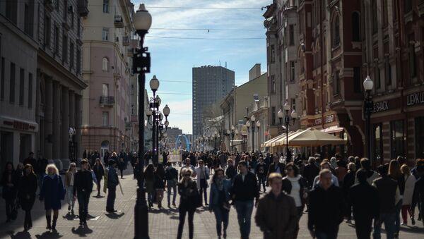 Прохожие на улице Арбат в Москве - Sputnik Česká republika