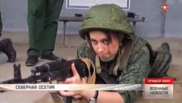 Dívky se samopaly Kalašnikova: záběry cvičení vojenských mediků - Sputnik Česká republika