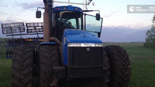 Budoucnost zemědělství: první bezpilotní traktor zavítal na pole - Sputnik Česká republika