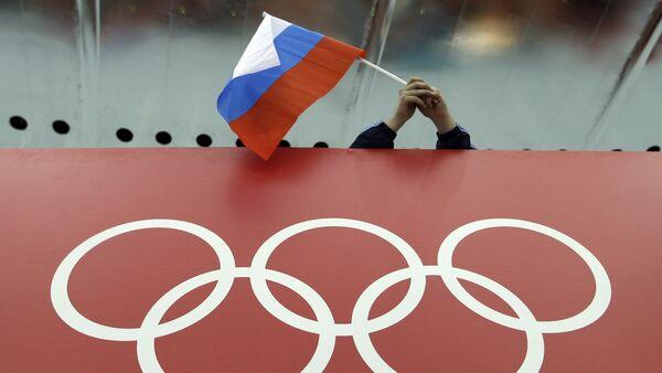 Fanoušek s ruskou vlajkou a symbol OH - Sputnik Česká republika