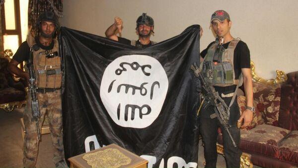 Iráčtí vojáci s vlajkou IS - Sputnik Česká republika