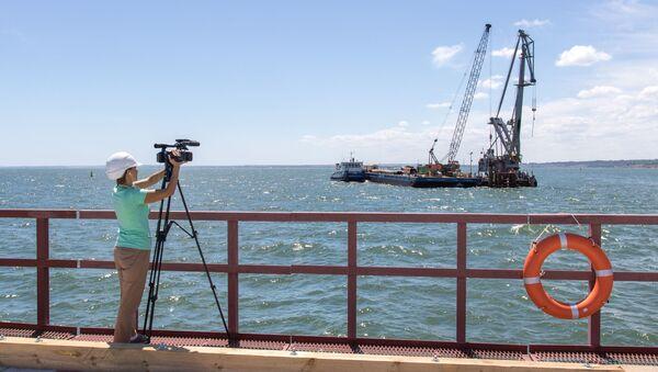 Novinář točí video během návštěvy Krymského mostu - Sputnik Česká republika