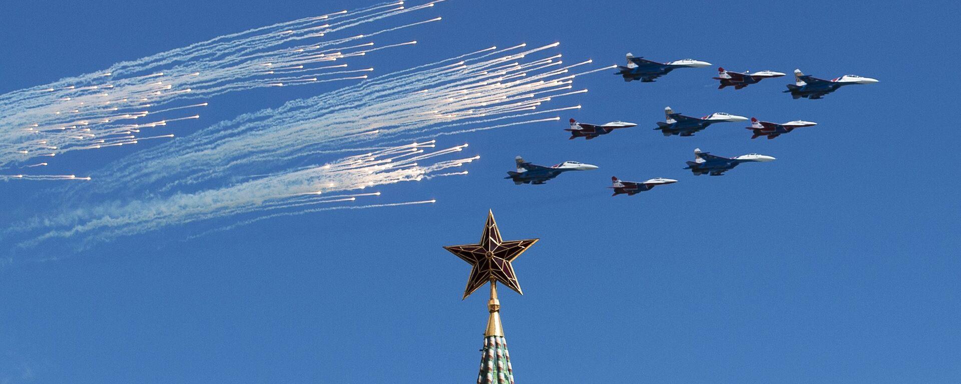 Stíhačky Su-27 a MiG-26 předvádějí slavný Kubinský briliant během zkoušky vzdušné části přehlídky. - Sputnik Česká republika, 1920, 01.08.2021