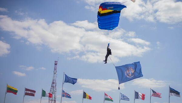 Parašutista s vlajkou NATO - Sputnik Česká republika