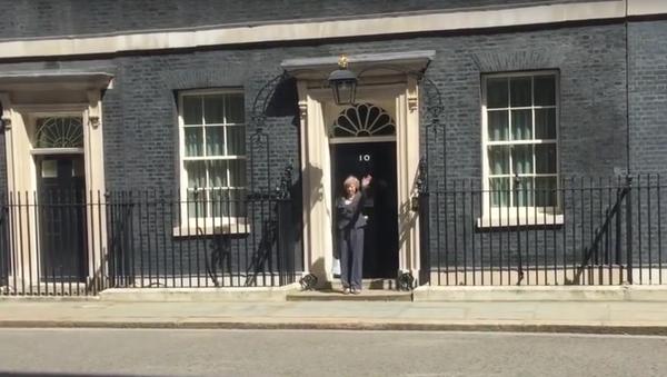 Budoucí britská premiérka zabloudila na Downing Street. - Sputnik Česká republika