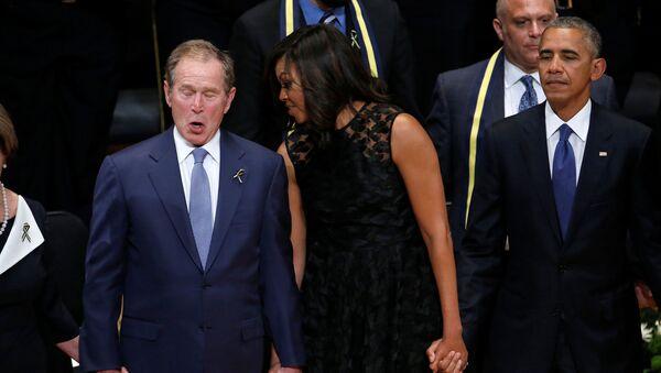 George W. Bush, Michelle Obama a prezident Barack Obama na zádušní mši po zahynulým v střelbě v Dallasu - Sputnik Česká republika