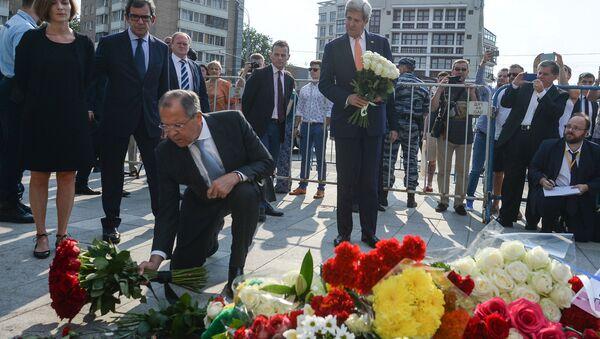 Sergej Lavrov a John Kerry přinesli květiny k francouzskému velvyslanectví v Moskvě - Sputnik Česká republika
