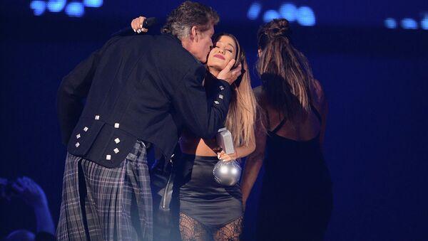 David Hasselkhoff a jeho sestra Bella gratulují Arianě Grandeové - Sputnik Česká republika
