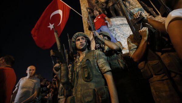 Turečtí vojáci, kteří podpořili Erdiogana v noc převratu - Sputnik Česká republika